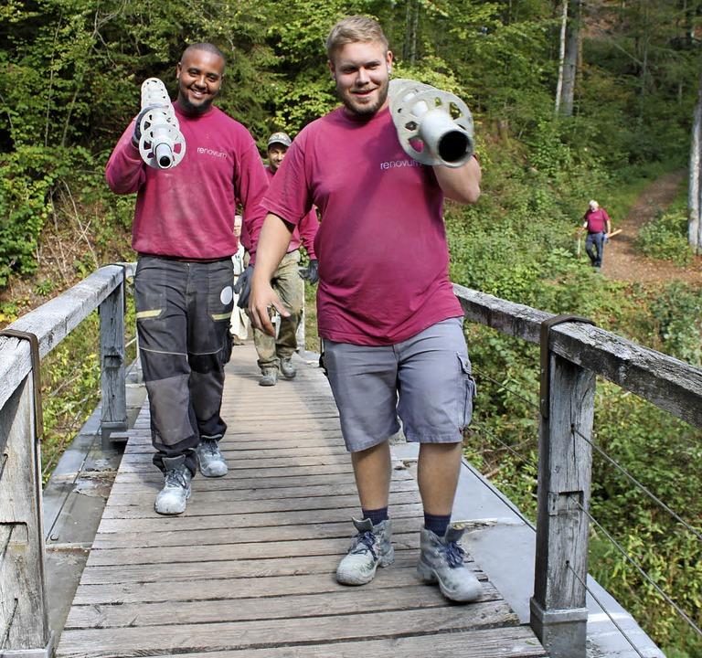 Sven Wirkner (rechts) und Dawit Kiflie...-Steg zur Kapelle transportiert haben.  | Foto: Martha Weishaar