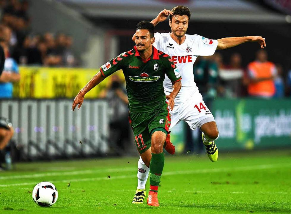 Onur Bulut, hier gegen den  Kölner   J... beim SC die Nase ziemlich weit vorn.   | Foto: afp