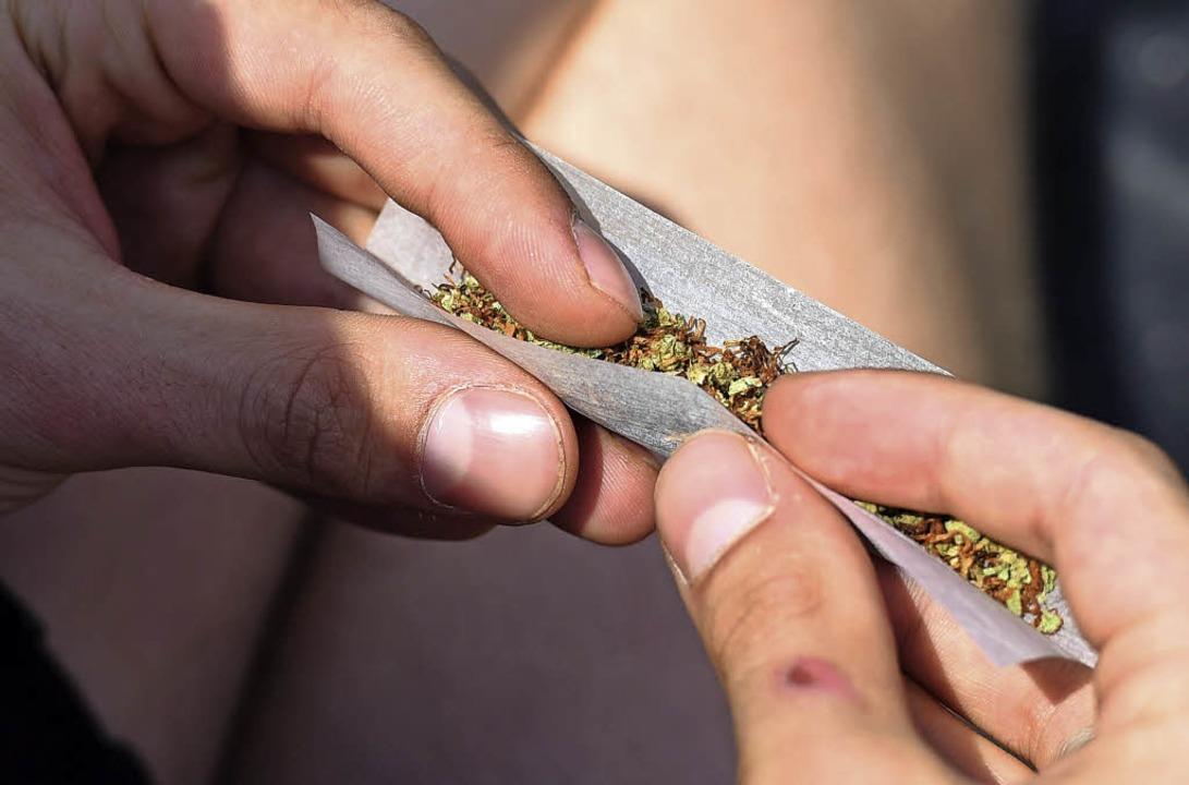 Ein Joint erfordert neben Cannabis etwas Fingerfertigkeit.  | Foto: dpa