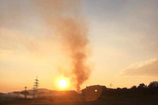 350 Strohballen verbrennen – Polizei sucht 3 Kinder