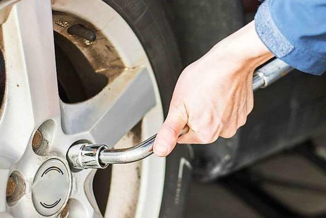 Unbekannte lösen Radmuttern an zwei Autos in Tiengen