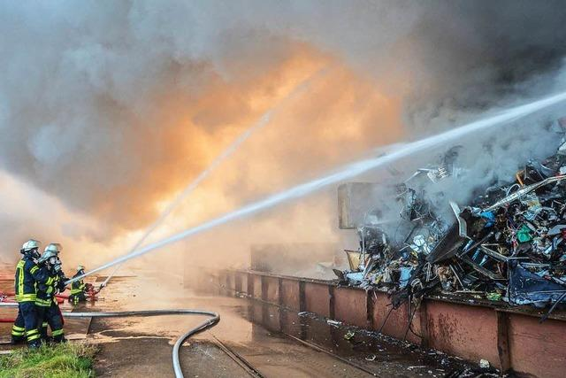 Schrotthaufen im Kehler Hafen gerät in Brand