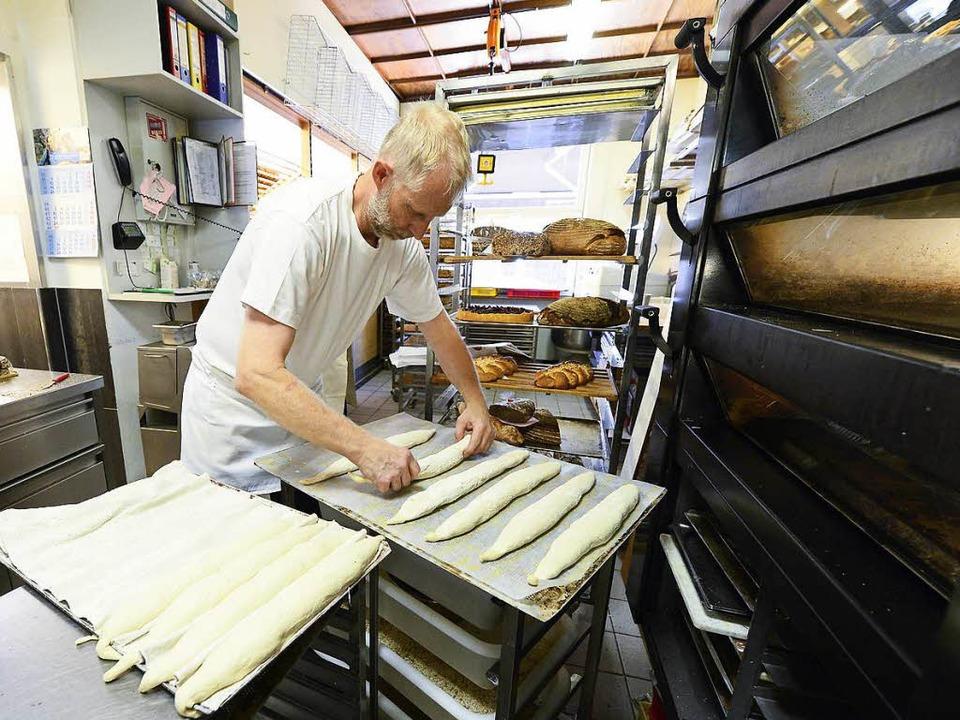 Bald bleibt die Backstube samstags kal...bei der Arbeit in der Bäckerei Bühler.  | Foto: Ingo Schneider