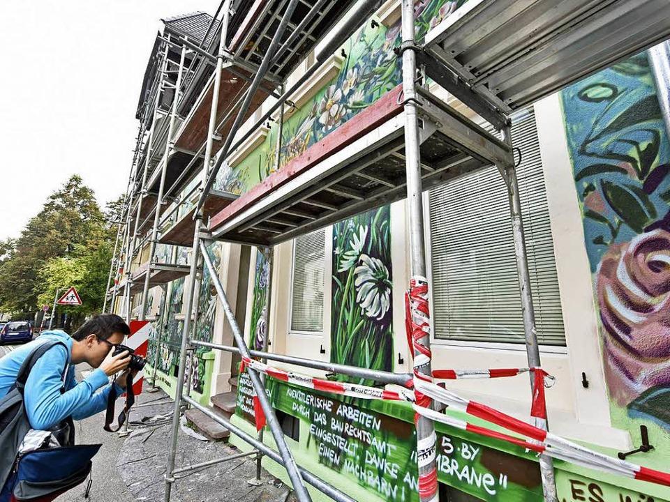 Die Bemalung des Haus an der Ecke Kirc...Baurechtsamt fordert seine Übermalung.  | Foto: Michael Bamberger
