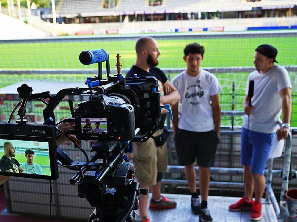 Interview mit den SC- Vorsängern auf der Nordtribüne.  | Foto: Daniel Sand
