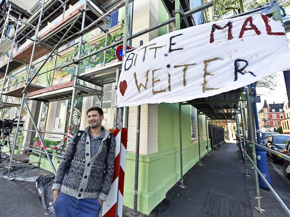 Tom Brane vor seinem unvollendeten Werk in der Wiehre.  | Foto: Michael Bamberger