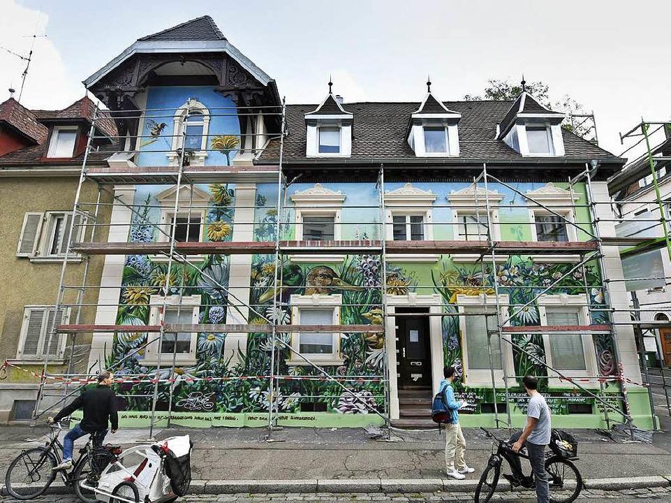 Nachher: Das Haus mit dem unvollendeten Wandbild von Tom Brane.  | Foto: Michael Bamberger