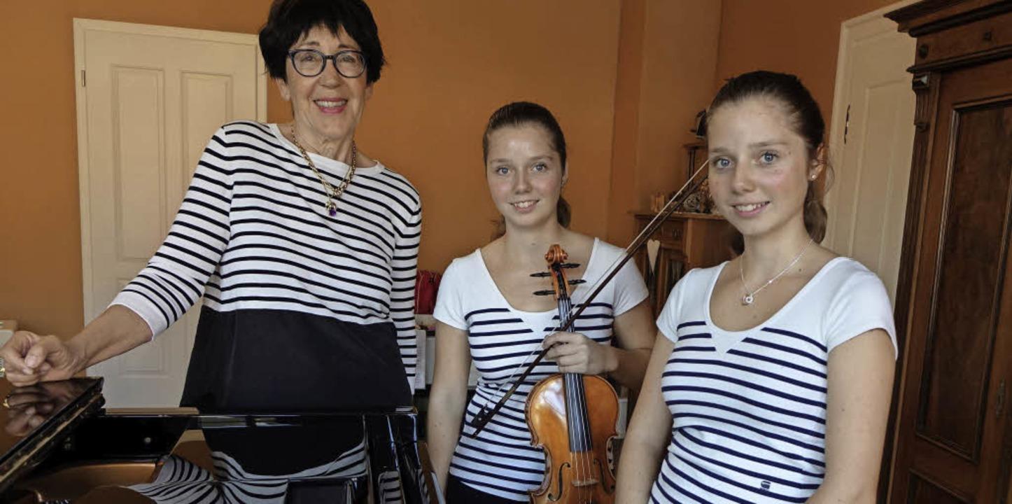 Freuen sich auf das Benefizkonzert (vo...Zwillinge Katrin und Hanna Friedrich.   | Foto: Roswitha Frey