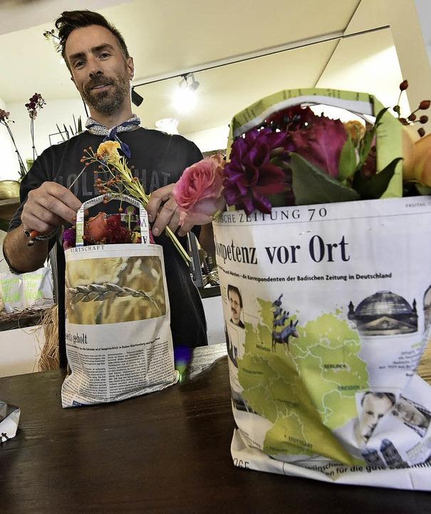 Schöne Sträuße in kultigen Taschen: Christian Weiß von der Floralen Werkstatt   | Foto: Michael Bamberger