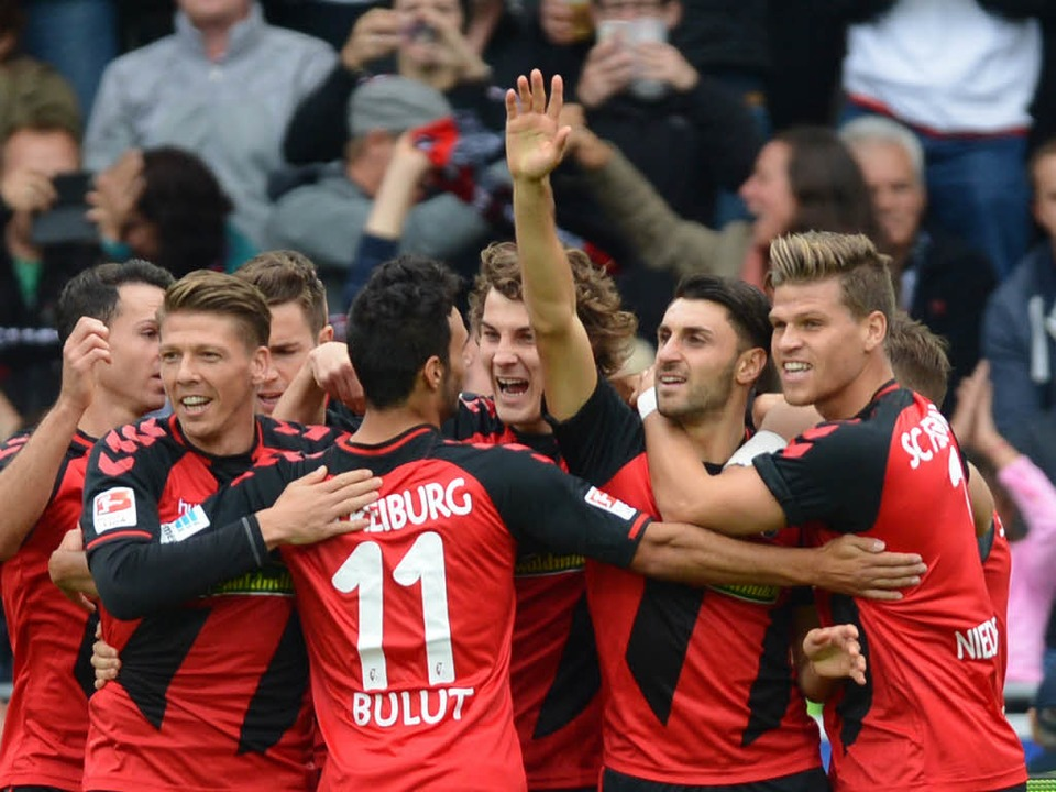 Vincenzo Grifo ( 2 v r) von Freiburg bejubelt den 1:0-Treffer.  | Foto: dpa