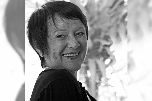 Angelika Jacobs singt im Café Satz Lieder von Brecht, Tucholsky und anderen