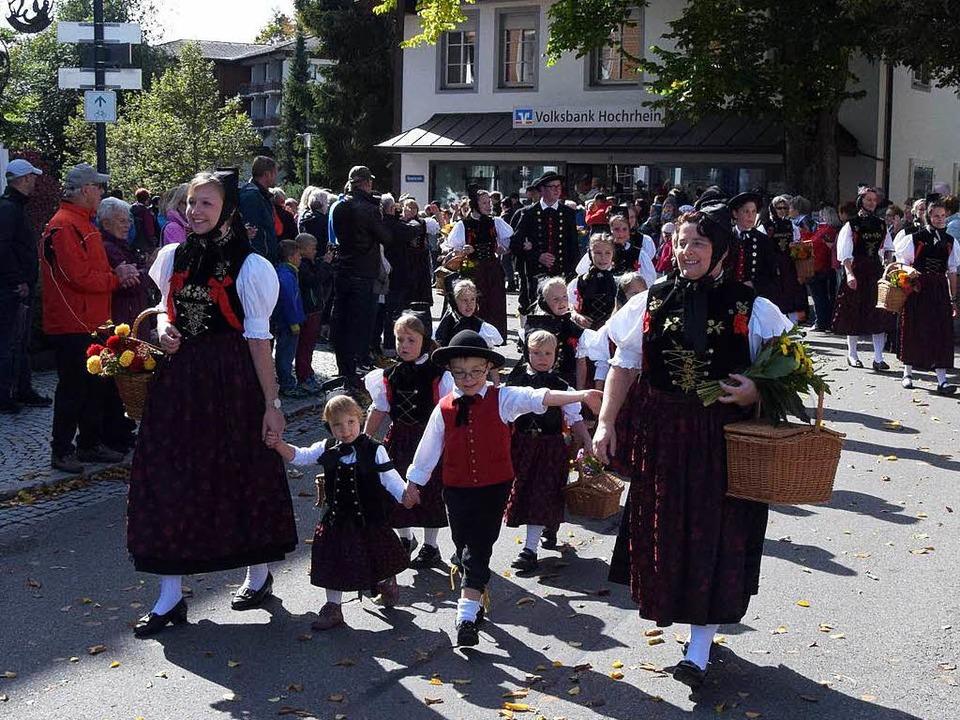 Die Mitglieder der Trachtentanzgruppe ...usern führten den großen Festumzug an.    Foto: Stefan Pichler