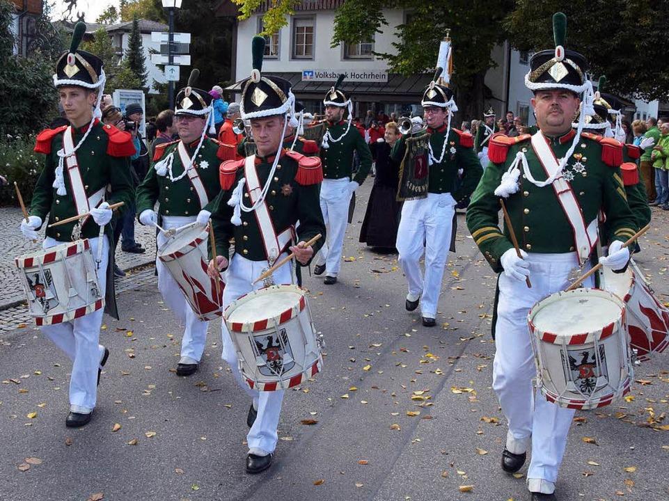 Ein farbenprächtiges Bild gab die Bürgergarde Gengenbach ab.    Foto: Stefan Pichler