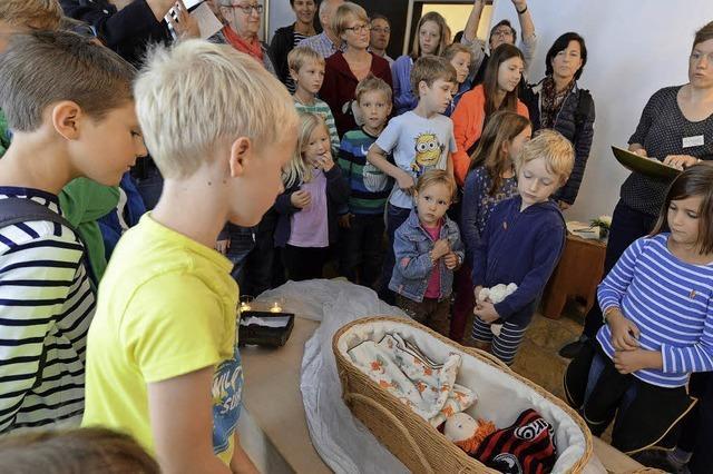 Kinder und Eltern besuchen Bestattungsinstitut