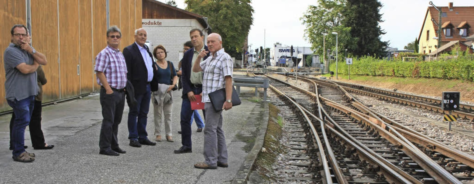 Ortstermin mit dem Lärmschutzbeauftrag...ks) am Freitag am Bahnhof in Endingen.  | Foto: Martin Wendel