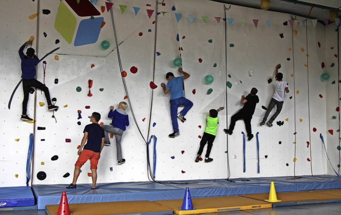 Das richtige Klettern an der neuen Kle...die Schüler bei der Einweihungsfeier.   | Foto: Helmut Hassler