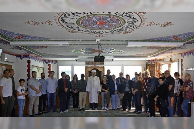 Neugierige Gäste herzlich und offen in der Moschee aufgenommen
