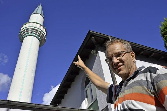 Viele Besucher besichtigen die Alperenler-Moschee