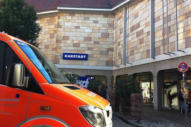 Unrat setzt Karstadt-Fassade in Brand