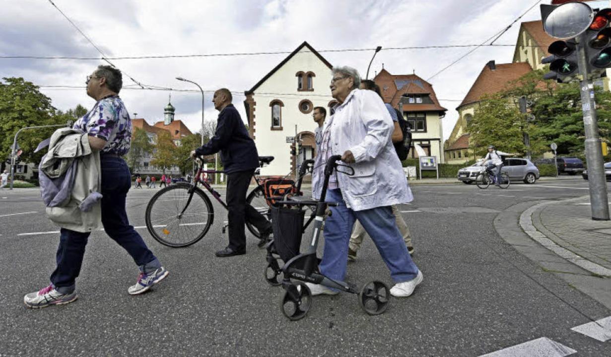 Wer nicht ganz so gut zu Fuß ist, für ...rgstraße oft nur bis zur Straßenmitte.    Foto: Michael Bamberger