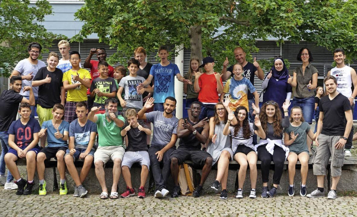 Lehrerin Sandra Revol (Zweite von rechts hinten) und ihre junge Filmcrew    Foto: privat