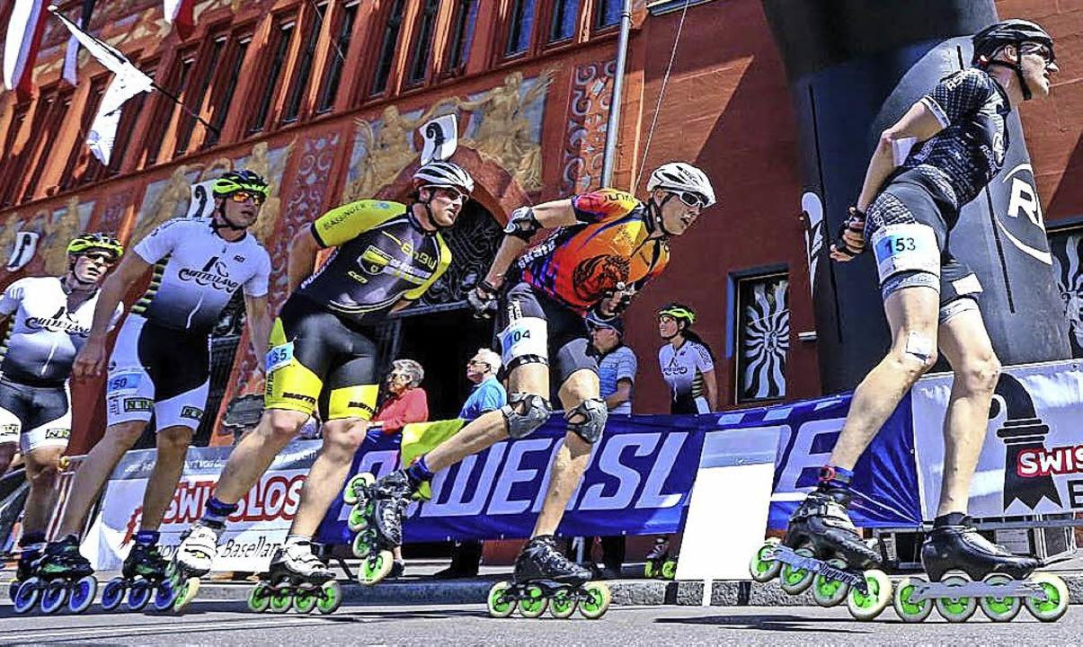 Auf acht Rollen  düsen die Speedskater...seschritt am Basler   Rathaus vorbei.   | Foto: privat