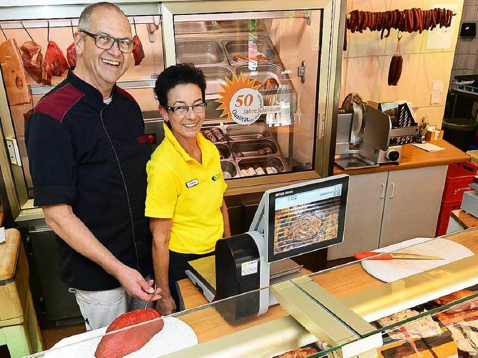 Montags bleibt der Laden zu: Volkhard ...er hinter der Theke in ihrer Metzgerei  | Foto: Ingo Schneider