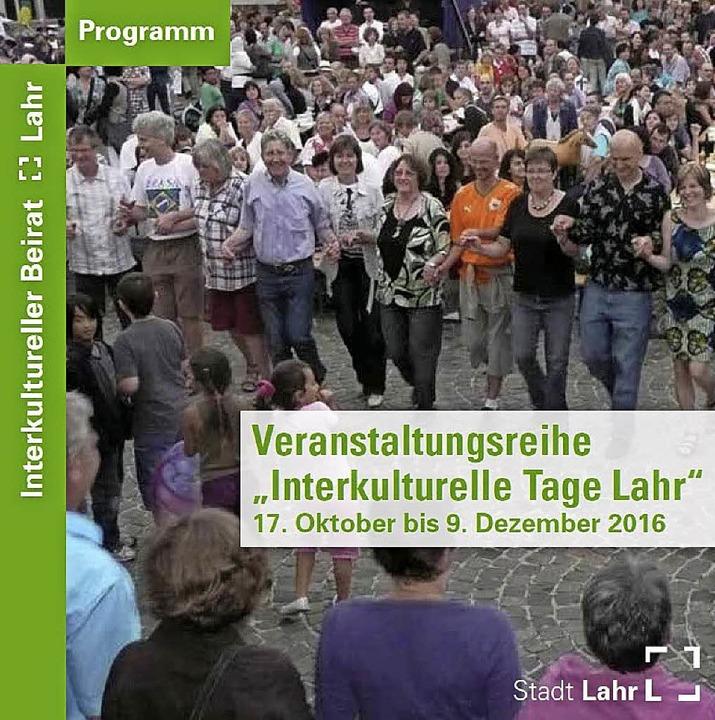 Das Programm der Interkulturellen Tage in Lahr liegt überall in der Stadt aus.   | Foto: Repro: privat