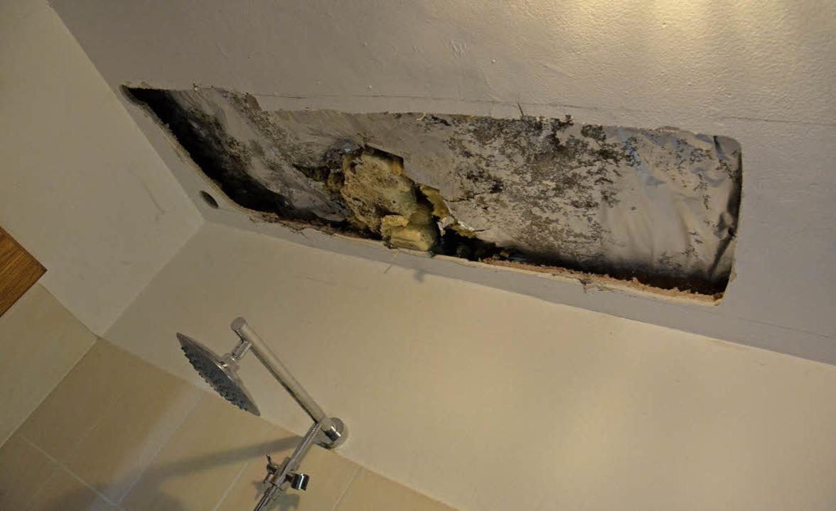 Der Schaden an der Decke in der Wohnung von Rolf Kranz    | Foto: Christian Engel