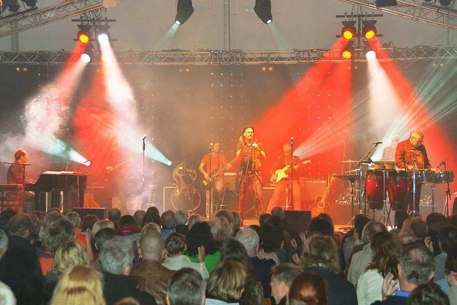 """Rund 400 Fans erlebten einen beeindruckenden Abend bei """"Pop & Poesie"""" im Festzelt bei der Rothaus-Brauerei in Grafenhausen. (Foto: Stefan Limberger-Andris)"""