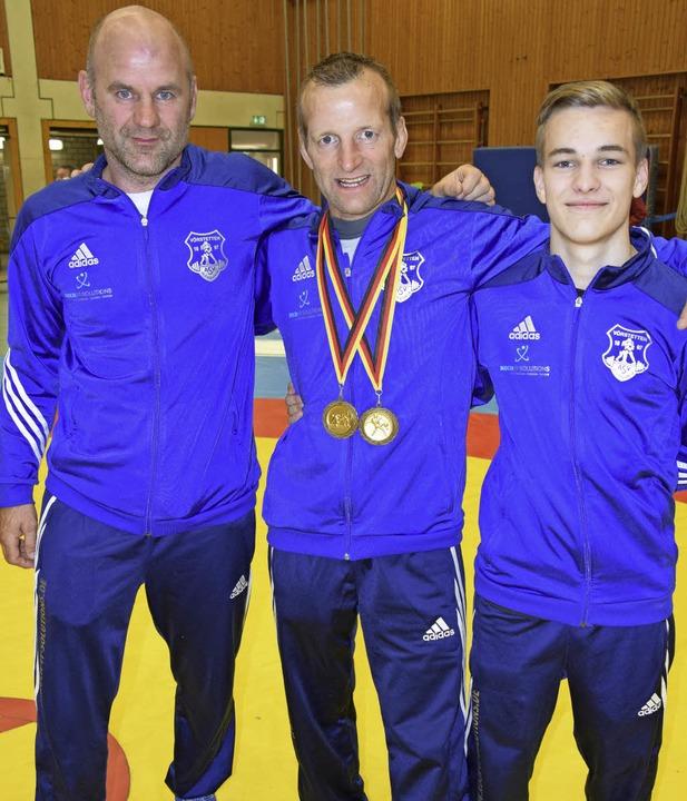 Ringermeister Marco Treffeisen (Mitte)...gert (links) und Sohn Leon Treffeisen   | Foto: Herbert Geisler