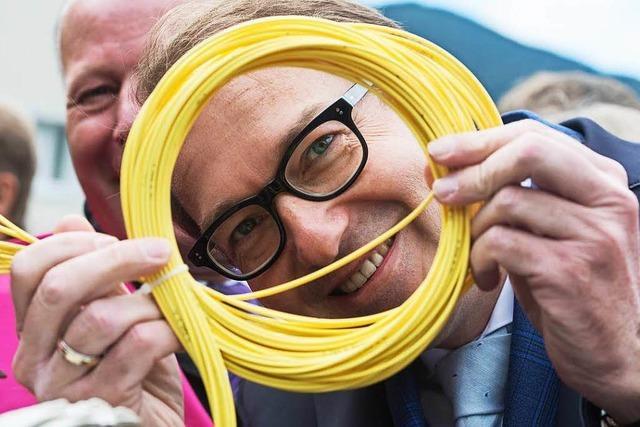 Dobrindt bewundert Ausbau des Glasfaserkabelnetzes
