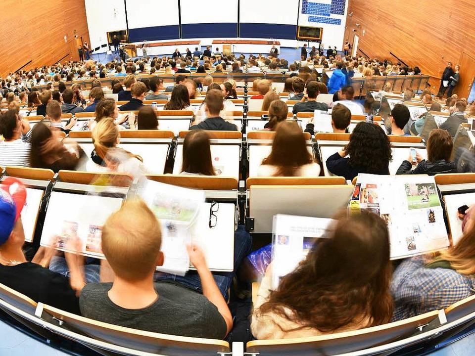 Das Land prüft ein Semestergebühr.  | Foto: dpa