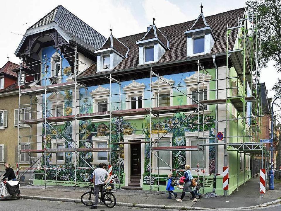 Umstrittener Hingucker: das bemalte Haus in der Wiehre.  | Foto: Michael Bamberger