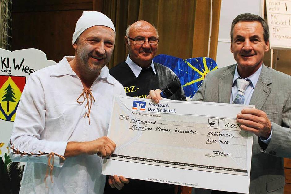 Lohn der Mühen: Den 1000-Euro Wettgewinn überreichte BZ-Regionalverlagsleiter Klaus Felber an Bürgermeister Gerd Schönbett (Foto: Hermann Jacob)