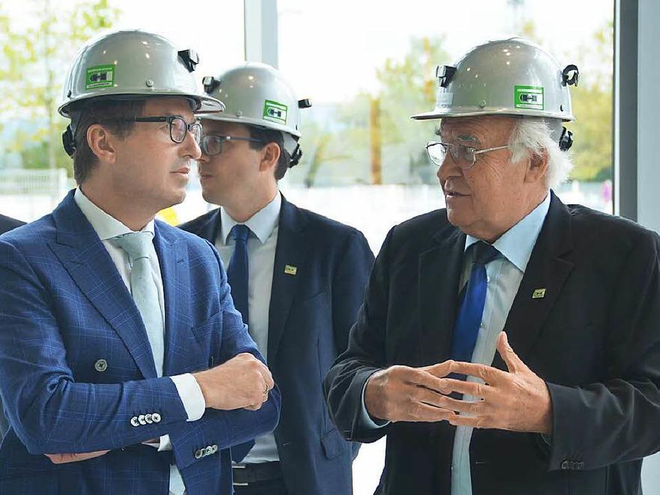 Martin Herrenknecht (rechts) erklärt A... Dobrindt, wie die Firma funktioniert.  | Foto: Ulrike Derndinger
