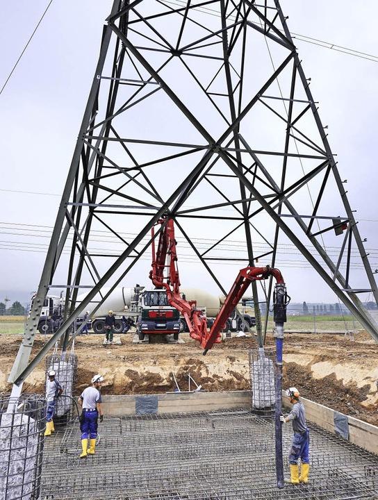 Der Fuß dieses Strommasts wird mit Beton stabilisiert.   | Foto: Steckmeister