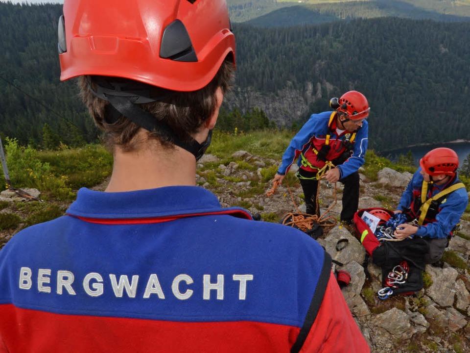 Helfer der Bergwacht Schwarzwald üben  auf dem Feldberg  im Schwarzwald.  | Foto: dpa