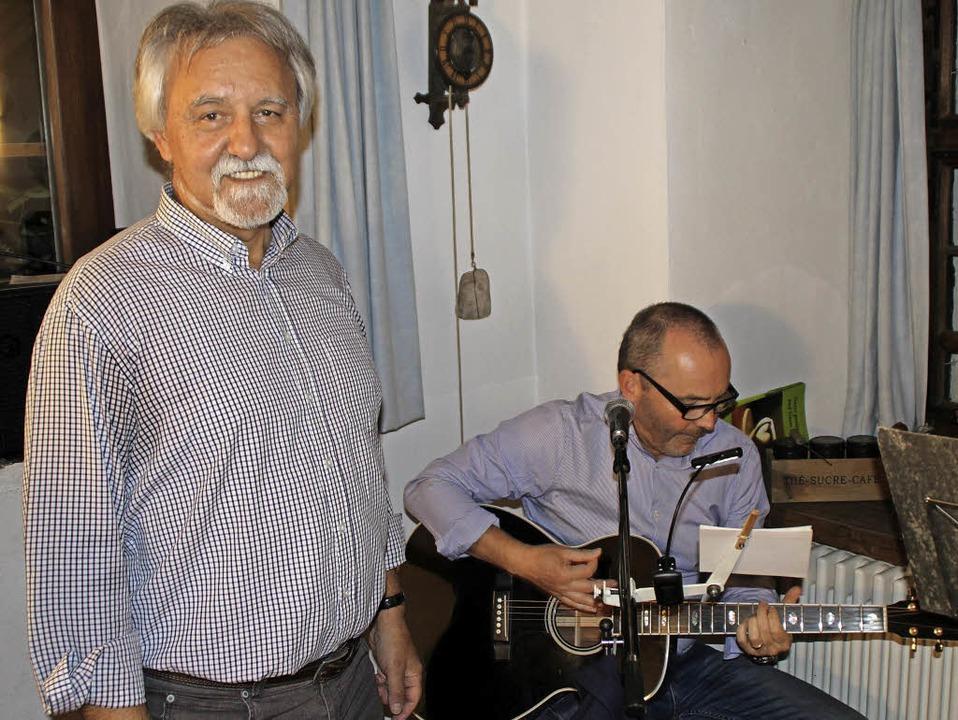 Vereinsvorsitzender Josef Gyuricza (li...rre und unterhielt die Gäste mit Blues  | Foto: Rolf Reißmann