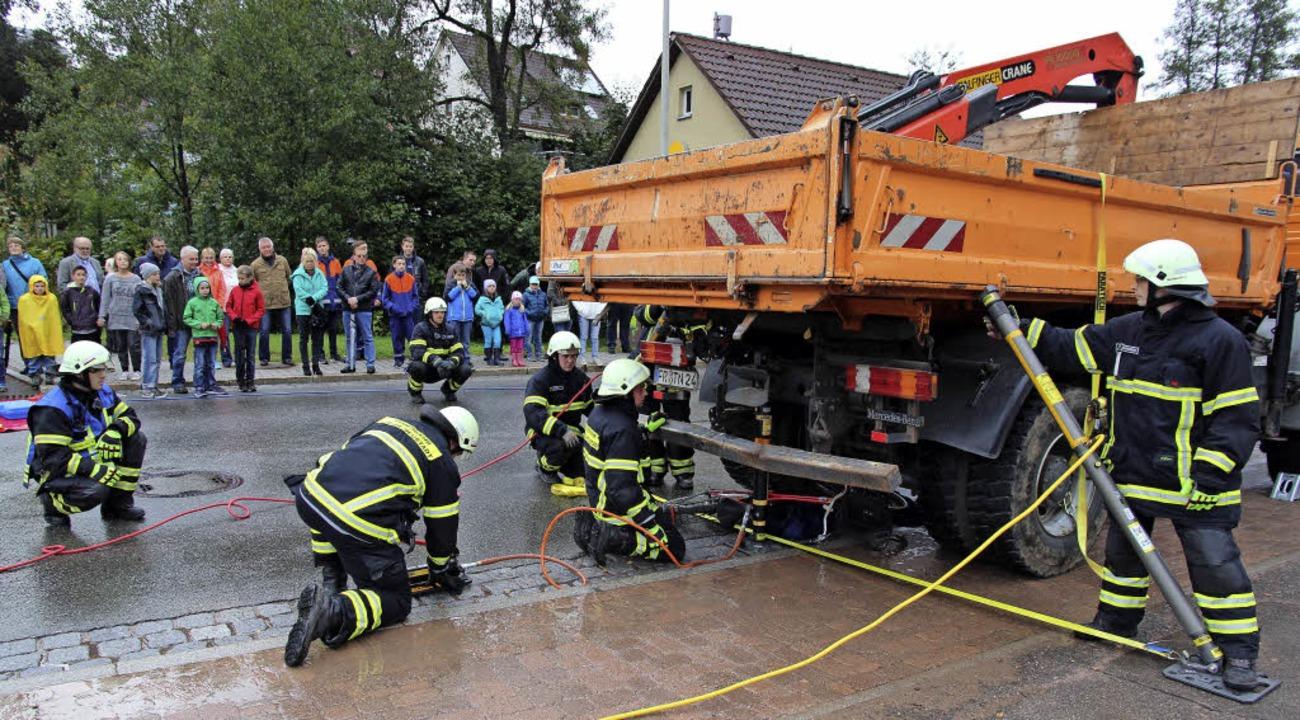Bei der Übung zur technischen Hilfelei...Feuerwehr ihre Technik voll im Griff.   | Foto: Eva Korinth