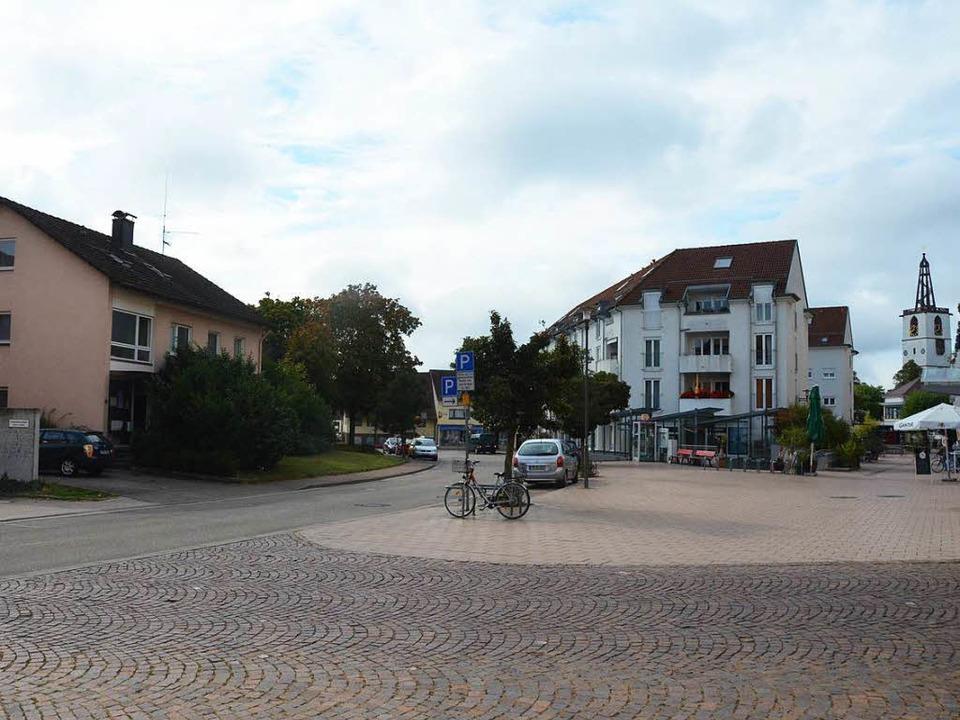 Das Gebäude an der Rosenstraße 8 (link...häftsgebäude mit Marktplatz entstehen.  | Foto: Max Schuler