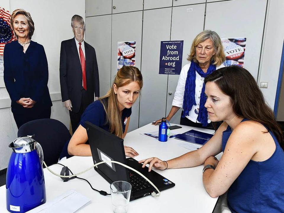 Sandra Payne und  Esther Renz von &#82...ndidaten Clinton und Trump schauen zu.  | Foto: Thomas Kunz