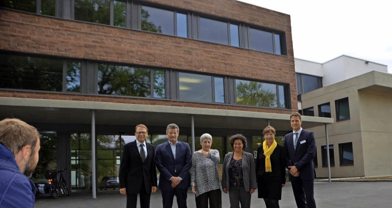Stellten sich vor dem neuen Klinikgebä...sführer Michael Eichhorst (von links).  | Foto: Robin Wille