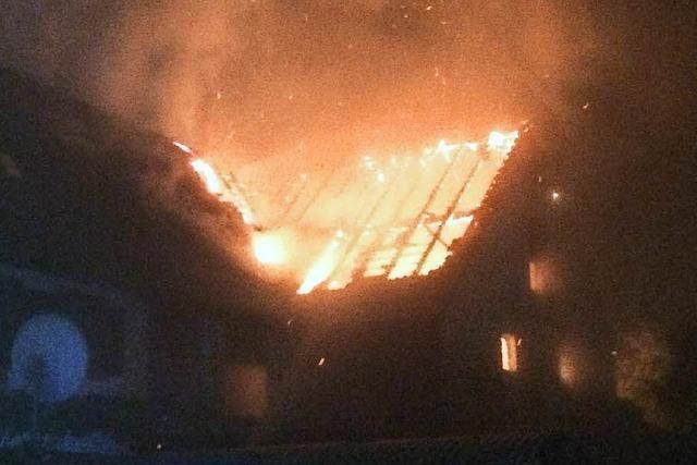 Großbrand am frühen Morgen – Feuerwehr verhindert mit massivem Einsatz Schlimmeres