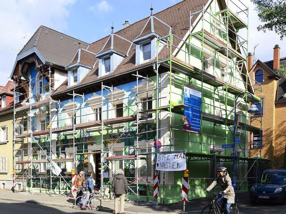 Das Haus an der Ecke Konrad- und Kirch...nen Tagen zu einem Pubklikumsmagneten.  | Foto: Ingo Schneider