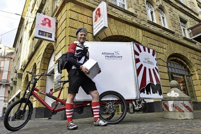 Fahrradlieferdienst Velokurier beliefert Supermarktkunden mit Schwerlasttransporter