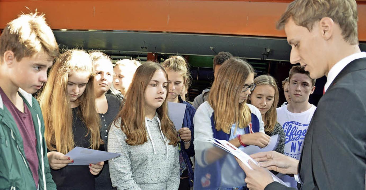 Realschüler warten auf ihren Finanzpas...e Hochschwarzwald ausgehändigt wird.    | Foto: Gerhard Lück