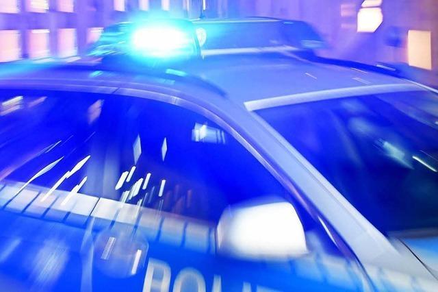 Betrunkener Mann fährt Audi in Leitplanke