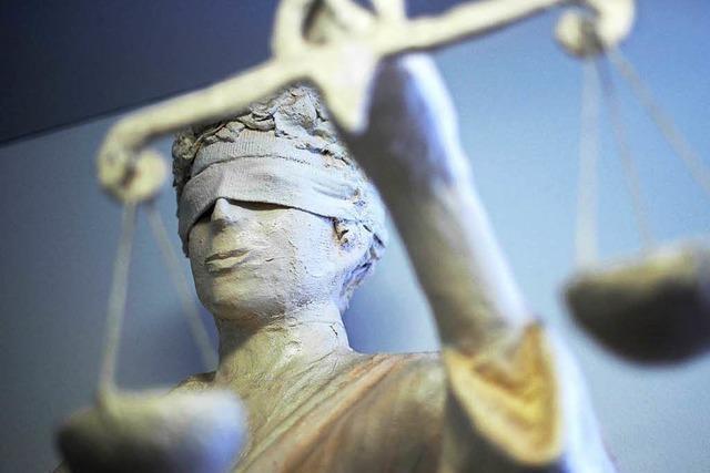 Tochter des Angeklagten macht widersprüchliche Angaben im Zeugenstand