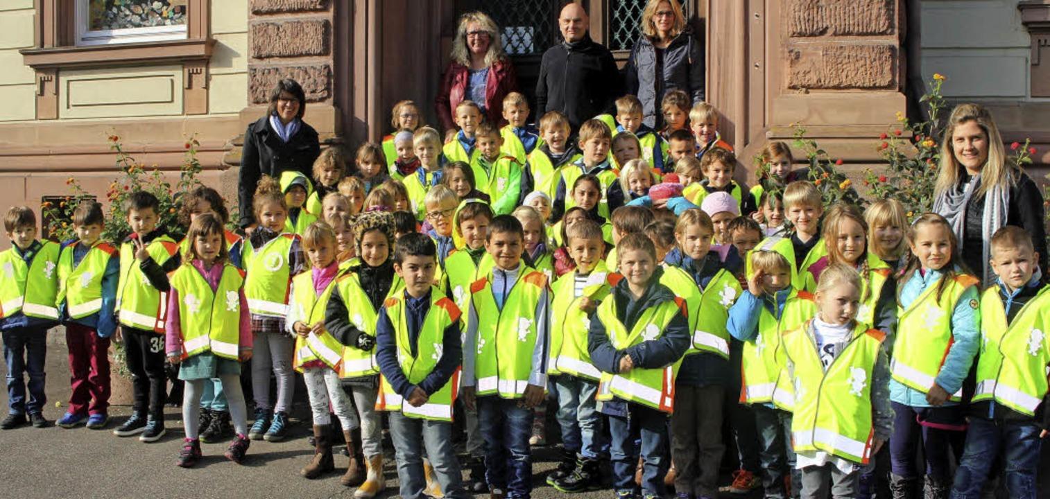 Gruppenbild mit  neongelb: In diesen  ...ahrer die Kinder besser sehen können.   | Foto: Anja Bertsch